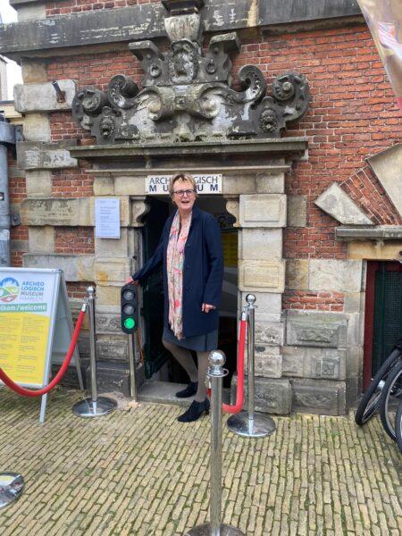 Wethouder Meijs zet het stoplicht op groen en opent daarmee het Archeologisch Museum Haarlem weer voor het publiek.